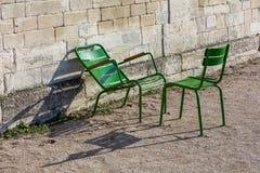 Duas cadeiras de jardim verdes no Tuileries jardinam, Paris, França Imagem de Stock Royalty Free