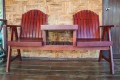 Duas cadeiras de madeira dos projetos do marrom Fotografia de Stock Royalty Free