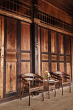 Duas cadeiras de madeira velhas na sala Foto de Stock Royalty Free