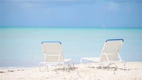 Duas cadeiras de sala de estar na praia tropical bonita em Maldivas vídeos de arquivo