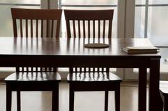 Duas cadeiras e a tabela Fotografia de Stock Royalty Free