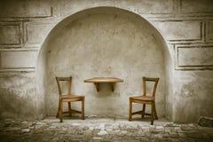 Duas cadeiras e tabelas de madeira Fotografia de Stock