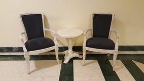 Duas cadeiras e uma mesa de centro Fotos de Stock Royalty Free