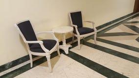 Duas cadeiras e uma mesa de centro Fotografia de Stock Royalty Free