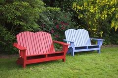 Duas cadeiras no jardim. Fotografia de Stock