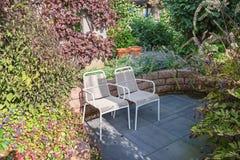Duas cadeiras para apreciar o sol no canto de um outono bonito Fotografia de Stock