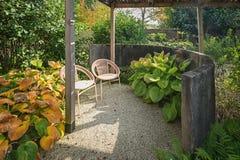 Duas cadeiras para apreciar o sol no canto de um outono bonito imagens de stock royalty free
