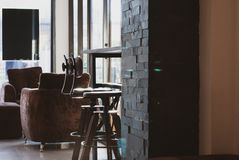 Duas cadeiras swirly altas colocadas sob a tabela de madeira da barra longa no lat fotografia de stock royalty free