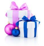 Duas caixas brancas amarraram as bolas vermelhas e cor-de-rosa da curva e do Natal da fita isoladas no branco Fotos de Stock Royalty Free