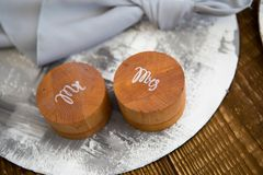 Duas caixas de madeira redondas para as alianças de casamento Fotos de Stock Royalty Free