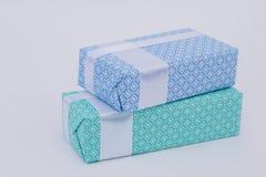 Duas caixas de presente belamente embaladas do Natal fotografia de stock