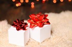 Duas caixas de presente brancas com curvas vermelhas Fotografia de Stock Royalty Free