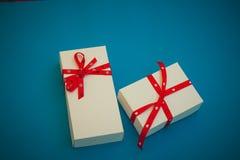 Duas caixas de presente brancas no fundo azul Imagens de Stock Royalty Free