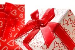 Duas caixas de presente decorativas com os corações impressos isolados perto acima Imagem de Stock