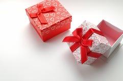 Duas caixas de presente decorativas com os corações impressos isolaram o direito superior Fotografia de Stock