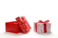 Duas caixas de presente decorativas com os corações impressos isolaram a parte dianteira Foto de Stock