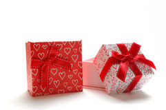 Duas caixas de presente decorativas com os corações impressos isolaram a posição Imagem de Stock
