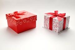 Duas caixas de presente decorativas com parte superior isolada impressa corações Foto de Stock