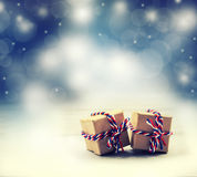 Duas caixas de presente feitos a mão no fundo brilhante da noite da cor Fotografia de Stock