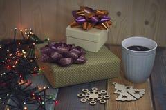 Duas caixas de presente, uma árvore de Natal e um floco de neve, no tablen foto de stock royalty free
