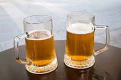 Duas canecas de cerveja Fotografia de Stock Royalty Free
