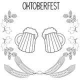 Duas canecas de cerveja, cevada, lúpulos, Oktoberfest Fotografia de Stock