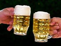 Duas canecas de cerveja connosco espuma da cerveja imagem de stock royalty free