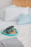 Duas canecas em uma cama branca da bandeja, conceito do café da manhã imagem de stock