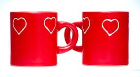 Duas canecas vermelhas do coração do amor Fotografia de Stock