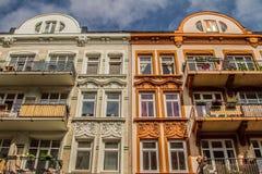 Duas casas brilhantes contra o céu Imagens de Stock Royalty Free