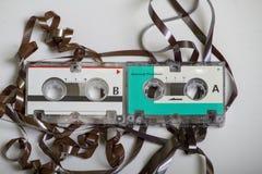 Duas cassetes de banda magnética retros do vintage micro que foram comidas em um registrador Imagens de Stock
