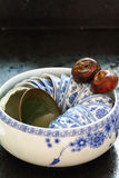Duas castanhas de água e um potenciômetro do copo de chá Fotografia de Stock Royalty Free