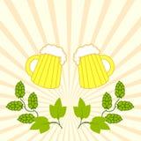Duas cervejas frescas com o chapéu da espuma com ramos dos lúpulos ilustração royalty free
