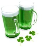 Duas cervejas verdes com trevos Imagens de Stock