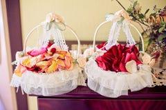 Duas cestas das pétalas cor-de-rosa Fotografia de Stock Royalty Free