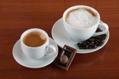 Duas chávenas de café Café e chocolate Café e cappuccin Imagem de Stock
