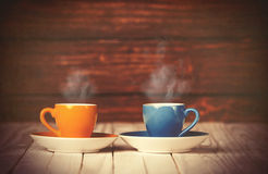 Duas chávenas de café na tabela de madeira Imagem de Stock Royalty Free
