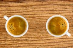Duas chávenas de café na tabela de madeira Fotos de Stock Royalty Free