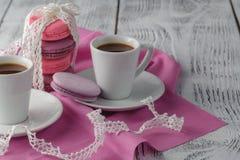 Duas chávenas de café na tabela de madeira Foto de Stock Royalty Free