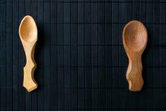 Duas colheres de madeira feitos a mão vazias da madeira e do differe diferentes Imagens de Stock
