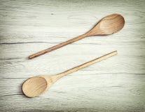 Duas colheres de madeira no fundo branco, equipamento da cozinha Imagem de Stock Royalty Free