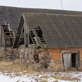 Duas construções com telhados danificados Fotos de Stock