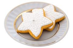 Duas cookies do pão-de-espécie do Natal em uma placa branca Fotografia de Stock Royalty Free