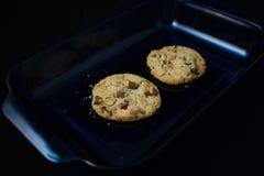 Duas cookies na placa azul imagem de stock