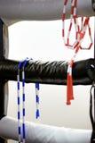 Duas cordas de salto penduram no canto de um anel de encaixotamento Foto de Stock Royalty Free