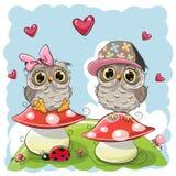 Duas corujas bonitos dos desenhos animados em cogumelos Foto de Stock