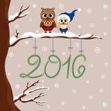 Duas corujas bonitos em Santa vestem o assento no ramo Projeto do feriado de inverno, ilustração do vetor da floresta Imagem de Stock
