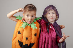 Duas crianças adoráveis caucasianos brancas vestidas para Dia das Bruxas Fotografia de Stock Royalty Free