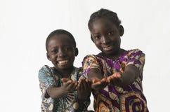 Duas crianças africanas que mostram suas palmas que pedem o pedido por algum Fotos de Stock Royalty Free