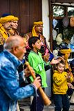 Duas crianças aplaudem em um folkleur de Segmen imagens de stock royalty free